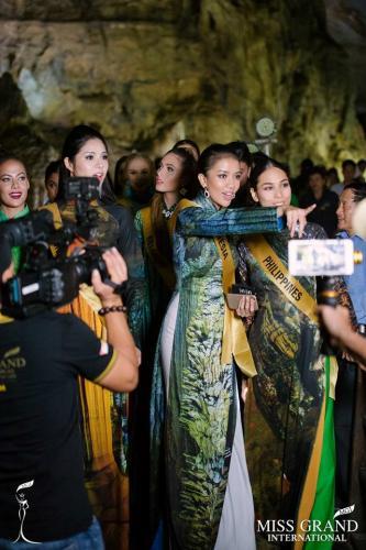Các người đẹp hào hứng trong buổi ghi hình ở động Thiên Đường. Theo lịch trình, ngay sau phần thi trang phục dân tộc, các thí sinh sẽ di chuyển đến Phú Quốc (Kiên Giang).