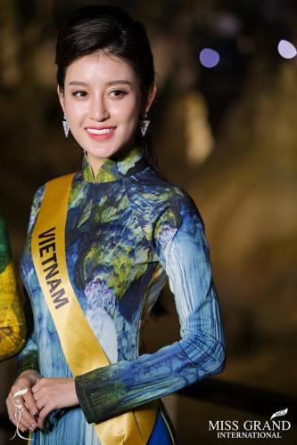 Năm nay, Việt Nam đăng cai tổ chức cuộc thi Miss Grand International, nên Huyền My gặp không ít áp lực trong vai trò thí sinh chủ nhà. Từ phong cách ăn mặc, trang điểm cho đến ứng xử của cô đều được khán giả chú ý.