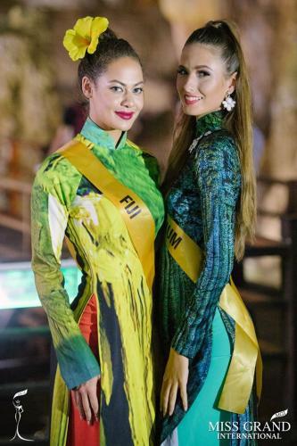Đại diện đến từ Bỉ và đảo quốc Fiji dịu dàng trong tà áo dài Việt.