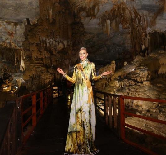 Người đẹp Cộng hòa Czech nổi bật trong bộ áo dài pha trộn màu sắc bắt mắt.