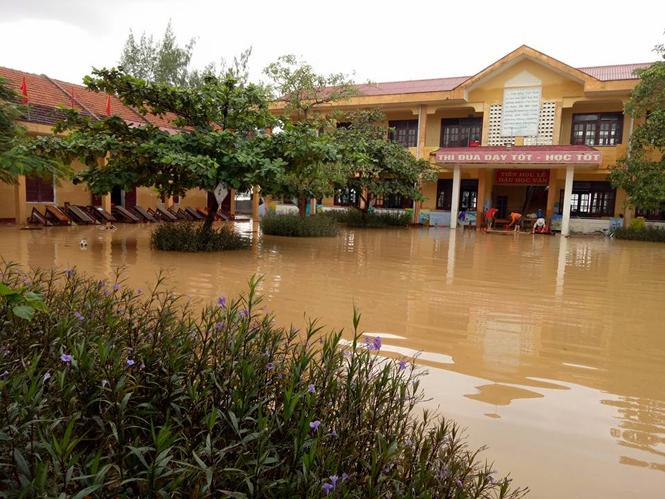 Những đơn vị trường học có địa bàn chia cắt khi có lũ lụt phải có kế hoạch chủ động cho học sinh nghỉ học khi lũ đến.