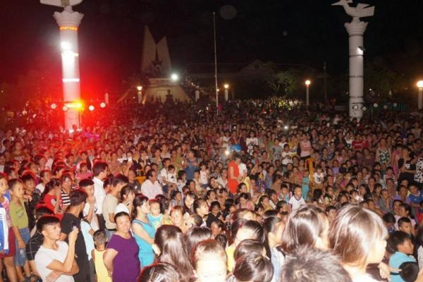 Mặc dù thời tiết mưa gió nhưng khán giả vẫn đến công viên xã Lý Hòa rất đông để ủng hộ cho ca sĩ Jay Hoo