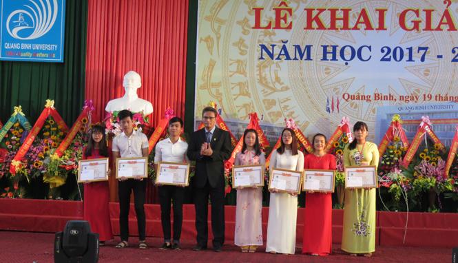 Ông Hoàng Dương Hùng, Hiệu trưởng Trường ĐHQB trao thưởng cho các thủ khoa trong kỳ tuyển sinh 2017.