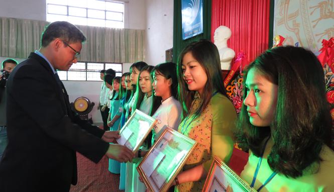 Tặng giấy khen và phần thưởng cho các sinh viên xuất sắc nhất năm học 2016-2017.