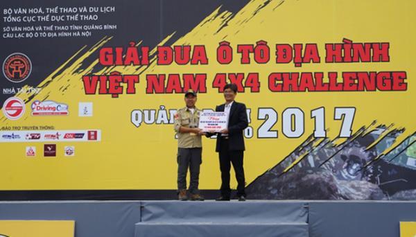 Ban tổ chức giải đua xe ô tô địa hình đã trao tặng 10 triệu đồng cho Hội Bảo trợ người tàn tật và trẻ mồ côi Quảng Bình.