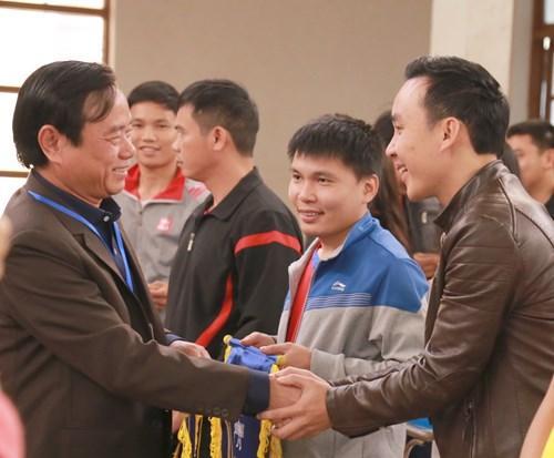 Ông Đinh Quý Nhân (Trái), giám đốc Sở GD&ĐT tặng cờ lưu niệm cho các đội tham gia giải bóng chuyền ngành GD&ĐT tỉnh Quảng Bình năm 2017