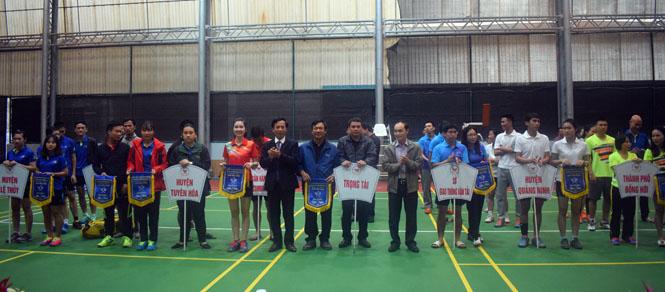 Ban tổ chức Đại hộ TDTT toàn tỉnh trao cờ lưu niệm cho các đoàn tham gia giải cầu lông.