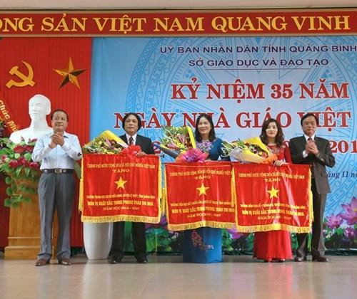 Lãnh đạo tỉnh cùng lãnh đạo Sở GD& ĐT tỉnh Quảng Bình đã trao cờ thi đua của Thủ tướng Chính phủ cho ba đơn vị xuất sắc nhất ngành