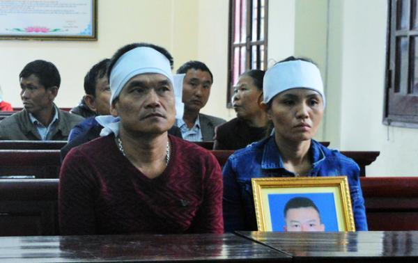 Người nhà nạn nhân mang khăn tang, di ảnh người xấu số đến phiên tòa phúc thẩm.