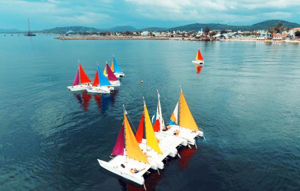 Du lịch thuyền buồm trên sông Nhật Lệ (TP. Đồng Hới). Ảnh: Báo Quảng Bình