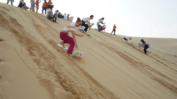 Loại hình du lịch trượt cát ở xã Quang Phú. TP. Đồng Hới. Ảnh: Báo Quảng Bình