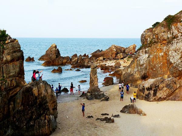 Đá Nhảy (huyện Bố Trạch), một trong những bãi biển kỳ thú nhất của Quảng Bình. Ảnh: Báo Quảng Bình