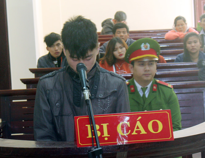Bị cáo Nguyễn Thế Tài trước vành móng ngựa.