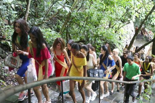 Hoa hậu Hòa bình thế giới tham quan Động Thiên Đường.