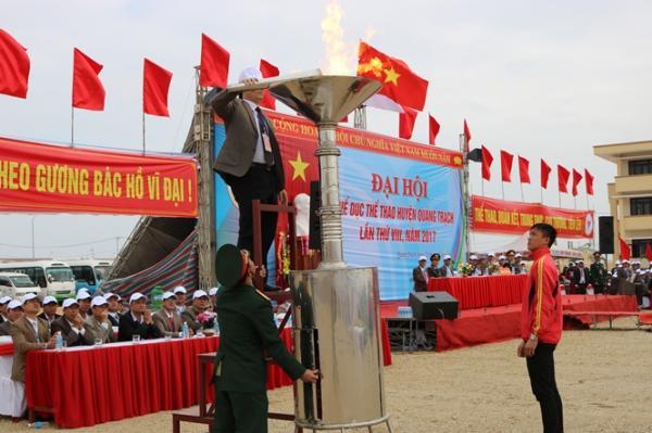 Lãnh đạo huyện Quảng Trạch thắp đuốc khai mạc Đại hội lần thứ VIII