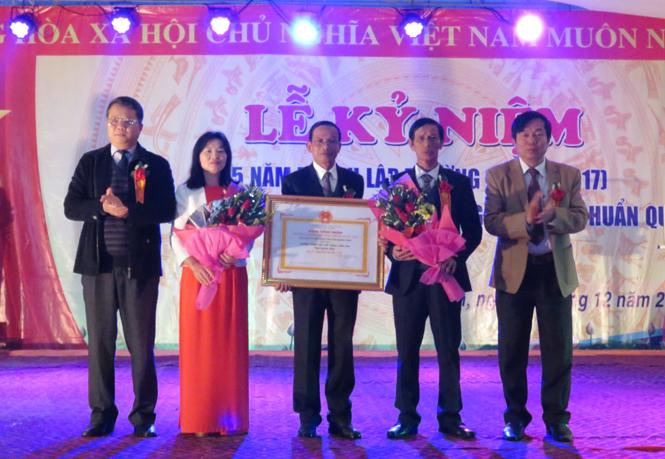 Đại diện lãnh đạo Sở Giáo dục - Đào tạo, huyện Bố Trạch trao Bằng công nhận Trường trung học đạt chuẩn Quốc gia cho Trường THPT Trần Phú.