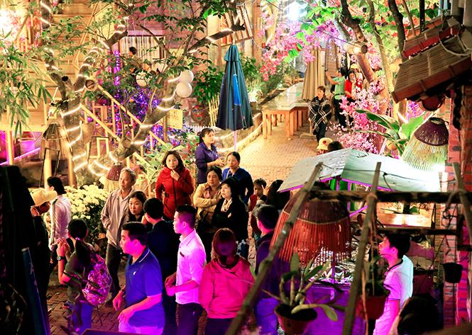 Với không gian thoáng, đẹp, phong cách phục vụ chu đáo, nhà hàng Quê Nhà thu hút đông đảo du khách.