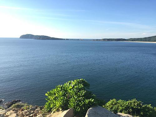 Từ Mũi Độc có thể nhìn ra đảo Yến. Từ đây, bạn cũng có thể đến thăm một số địa điểm du lịch nổi tiếng khác của Quảng Bình như núi Hang, Hòn La, Hòn Cỏ, đảo Yến và viếng mộ bác Giáp.