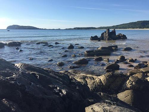 Ở nhiều khúc còn có những hàng đá dài chạy ra biển tạo ra một khung cảnh mà những ai nghiện check-in đều phải ngỡ ngàng.