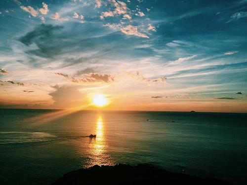 Khi mặt trời nhô lên khỏi mặt biển, một khung cảnh mơ hồ, huyền ảo mà rất yên bình hiện ra trước mắt bạn.