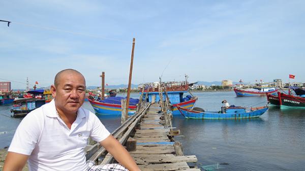 Anh Nguyễn Công Hoan bên bến tàu cá sau tuần trăng ở cửa lạch Nhật Lệ.