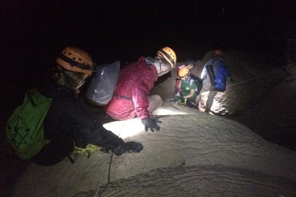 Bên trong hang Over có một đoạn du khách đi trên thạch nhũ cao và ướt nên phải sử dụng dây đai và dây bảo hiểm.