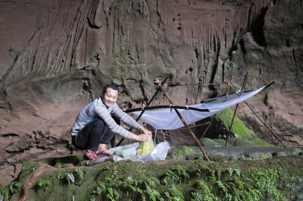 Bên trong hang Pygmy có một dòng nước chảy từ trên trần hang xuống, được sử dụng làm nước uống, nấu ăn và sinh hoạt.