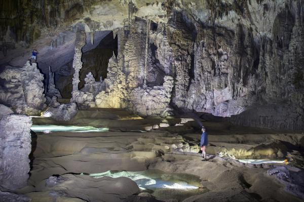 Hang Over có hệ thống thạch nhũ khá đẹp, nhiều hồ nước bậc thang màu ngọc bích.