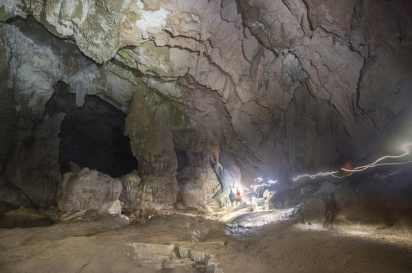 Mỗi tour kéo dài 3 ngày có tối đa 14 khách. Để thám hiểm hệ thống hang này, du khách phải có đủ sức khoẻ để băng rừng, lội suối hay bơi trong hang động.
