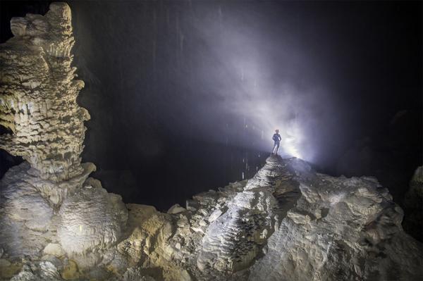 Ngày đầu tiên hành trình, du khách mất khoảng 5 tiếng đi bộ từ km24 đường 20 Quyết Thắng để đặt chân đến hang Hổ. Đây đồng thời là điểm nghỉ chân đêm đầu tiên.