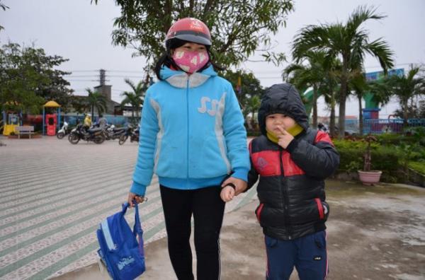 Học sinh ở thành phố Đồng Hới co ro đến trường.