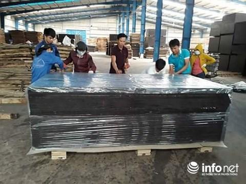 Các lao động đang sản xuất gỗ ván ép tại KCN Tây Bắc Đồng Hới.