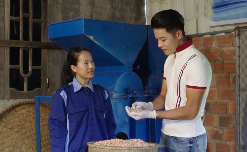 Chị Cao Thùy Dương (trái) hướng dẫn cách chọn và ép dầu lạc. Ảnh: Bizmedia