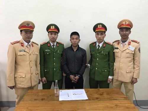 Tài xế Lê Thanh Hiếu và tang vật phạm tội lúc bị bắt giữ