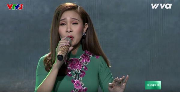 Với ca khúc Hương tình muộn, Thanh Lan đã chinh phục được 2 HLV là Như Quỳnh và Quang Lê.