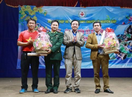 Thầy giáo Hoàng Thanh Cảnh, hiệu trưởng trường THPT chuyên Võ Nguyên Giáp tặng quà cho trường PTDT nội trú và Đồn Biên Phòng Cồn Roàng đóng tại xã Thượng Trạch.