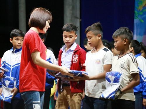 Những món quà ý nghĩa của thầy trò trường THPT chuyên Võ Nguyên Giáp tặng học sinh dân tộc.