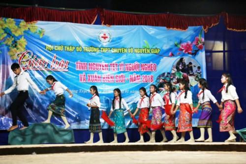 Tiết mục văn nghệ của học sinh trường PTDT nội trú xã Thượng Trạch trong đêm giao lưu.