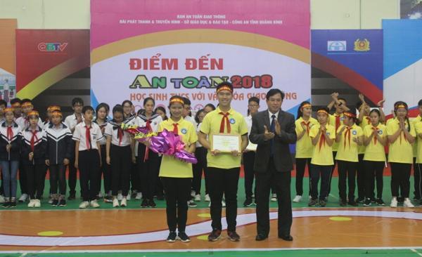 Ban Tổ chức trao giải nhất bảng 2 cho đội Trường THCS Đồng Phú (thành phố Đồng Hới)