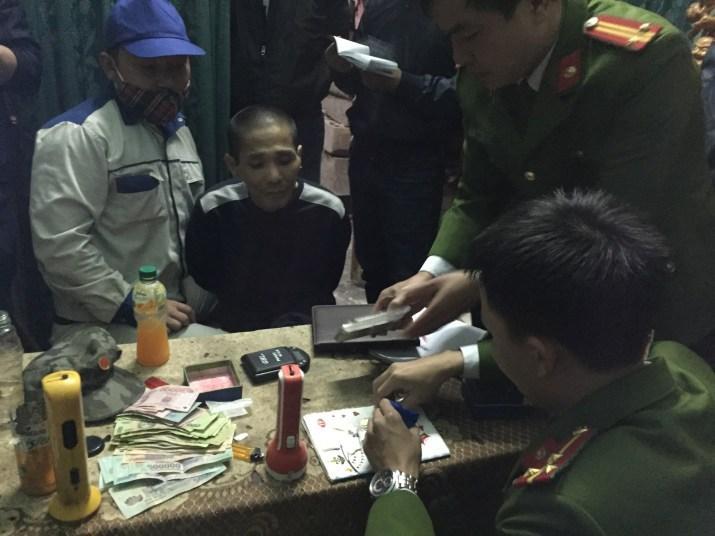 Đối tượng Trần Thanh Tùng - kẻ chuyên buôn bán ma túy, luôn cất giữ súng đạn cùng nhiều hung khí để phòng thân, đã bị Công an TP Đồng Hới bắt trong đợt cao điểm.