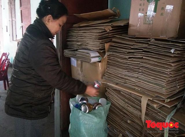 Ngoài giờ chạy thận, những bệnh nhân ở đây làm đủ nghề như: nhặt ve chai, giấy, chạy xe ôm… để có thêm tiền trang trải cuộc sống.