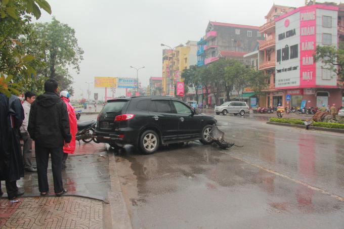 Sau khi đâm gãy cột đèn chiếc xe văng ngang sang đường. (Ảnh: Hải Long).