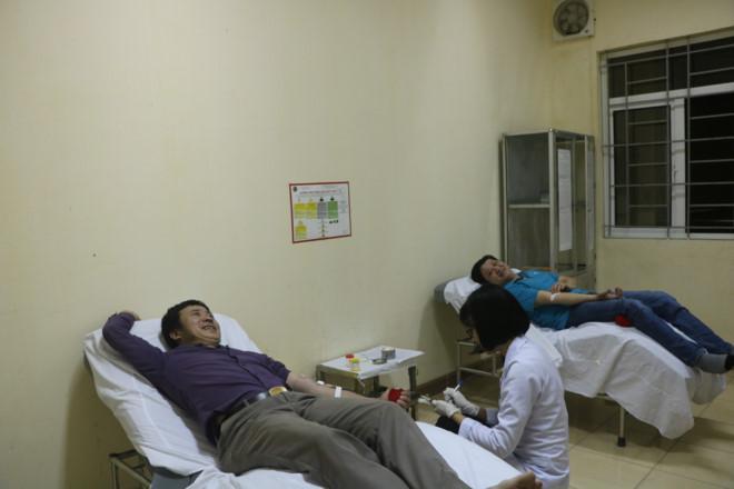 Thầy Hùng và anh Quân đang hiến máu hiếm.