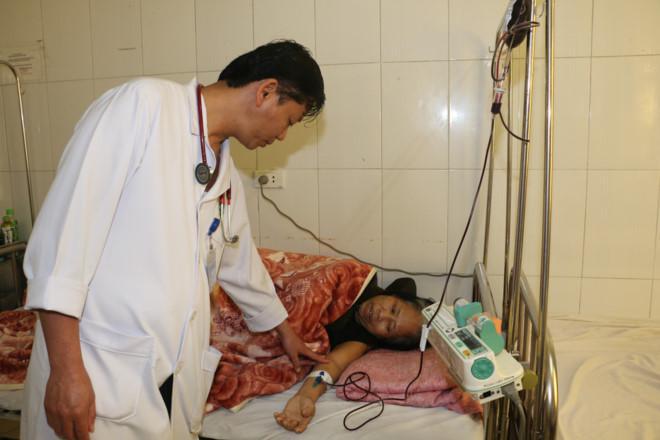 Bệnh nhân đang được chuyền máu.