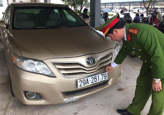 Chiếc Camry LE gắn biển số giả được công an tỉnh Quảng Bình phát hiện, bắt giữ