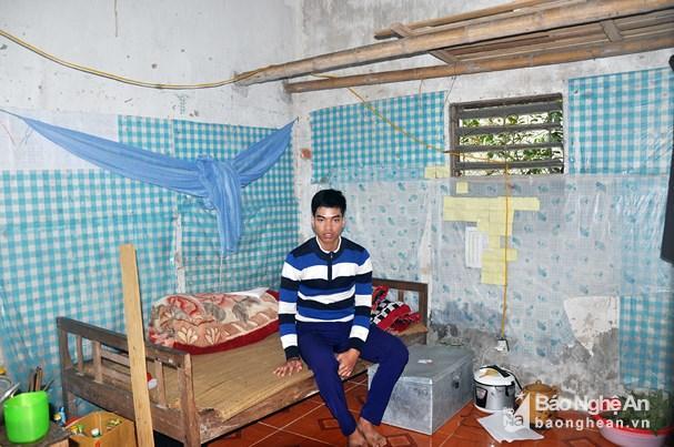 Hoàng Thanh Tuấn trong căn phòng trọ cũ và ẩm thấp. Ảnh: Công Kiên