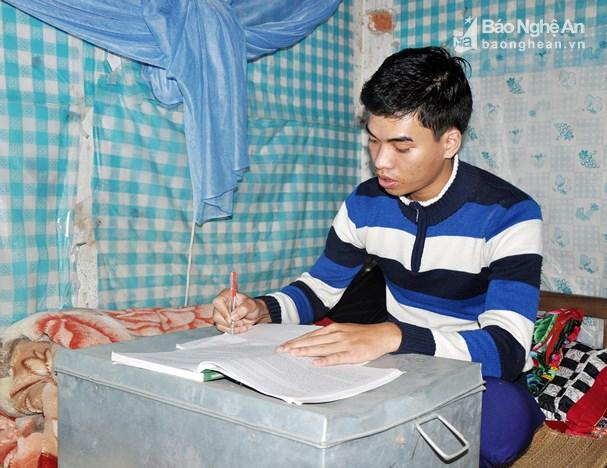 Sinh viên y khoa Hoàng Thanh Tuấn tranh thủ nghiên cứu tài liệu sau buổi lên lớp. Ảnh: Công Kiên