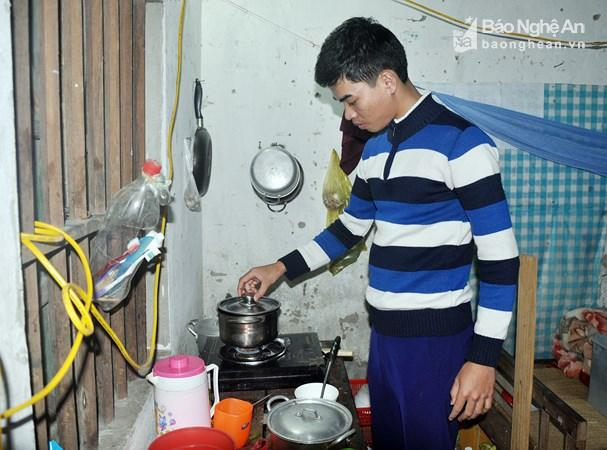 Bữa ăn hàng ngày của Hoàng Thanh Tuấn thường chỉ có cơm và rau, thi thoảng mới có đậu phụ và cá biển. Ảnh: Công Kiên