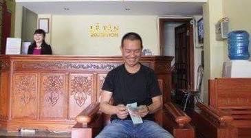 Sau khi khách liên lạc và xác nhận được chủ nhân chiếc túi, anh Hùng đã kiểm tiền và gửi lại cho khách qua ngân hàng.