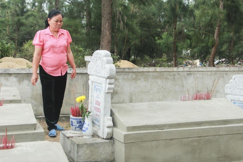 Bà Mai, người đã 21 năm chăm sóc, canh giữ mộ cá.